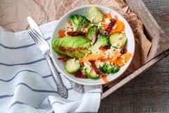 Couscous avec le brocoli, avocats, carottes Photos libres de droits