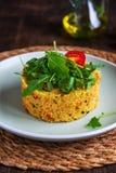 Couscous et légumes végétariens sur un fond rustique Plat diététique sain léger de vegan Concept sain image libre de droits