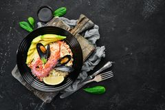 Couscous med avokadon och skaldjur arkivbild