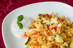 Couscous med grönsaker med yoghurtsås Royaltyfri Bild