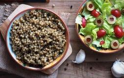 Couscous- och grönsallatsallad, tomater och oliv Arkivfoto