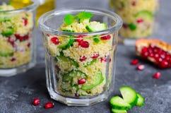 Couscous sałatka w słoju z granatowem, mennicą i ogórkami, Zdrowa sałatka, weganinu posiłek obraz stock