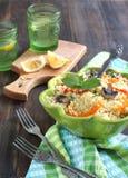 Couscous z pieczarkami, słodkimi pieprzami i mennicą Zdjęcia Royalty Free