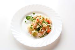 Couscous z warzywami, garnelą i rzodkwią na białym talerzu, zdjęcia stock