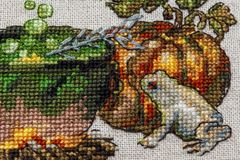 Cousez au point de croix la broderie avec le chat en chapeau, chaudron, crapaud, feu et potiron image libre de droits