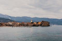 Cousez la vue ? la vieille ville OD Budva dans Mont?n?gro photo libre de droits