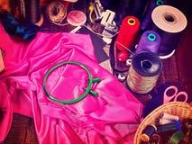 Cousez le cercle de couture de bobine et de broderie d'objet de groupe d'ouvri?re couturi?re image libre de droits