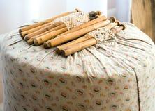 Coussin antique avec des bobines pour la dentelle de tissage photo stock