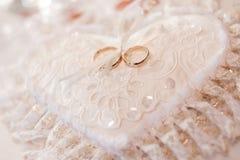 Coussin avec des boucles de mariage Image stock