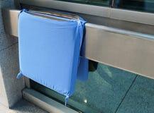 Coussin bleu pour un fauteuil roulant d'hôpital photo stock
