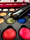 Coussin cosmétique utilisé, fard à paupières, brusher de revêtement d'oeil, lèvre, highl photographie stock