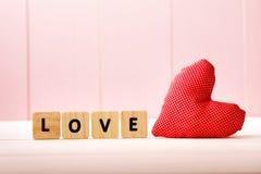Coussin de coeur avec le message d'amour Photo libre de droits