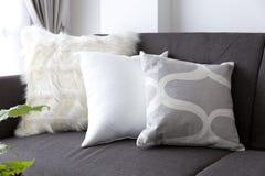 Coussin mou blanc sur le sofa photographie stock