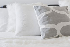 Coussin mou blanc sur le sofa photo stock