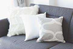 Coussin mou blanc sur le sofa photos libres de droits