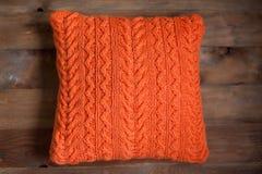 Coussin orange tricoté photo libre de droits