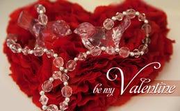 Coussin rouge pour des anneaux avec les pierres précieuses sous forme d'amour de jour de valentines de coeur Image libre de droits