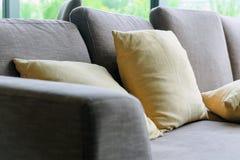 Coussin sur le sofa photographie stock