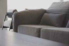 Coussin sur le sofa image libre de droits