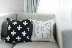 Coussin sur le sofa gris photo libre de droits