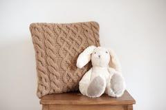 Coussin tricoté de nuance naturelle dans l'intérieur photo stock