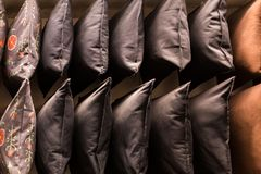 Coussins colorés confortables de tissu sur des rayons de magasin beaucoup d'oreillers sur l'étagère dans le magasin images stock
