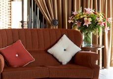 Coussins colorés sur le divan Photos libres de droits