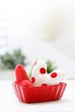 Coussins de coeur dans un plat rouge de coeur Photographie stock libre de droits