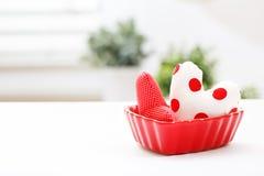 Coussins de coeur dans un plat rouge de coeur Photo libre de droits