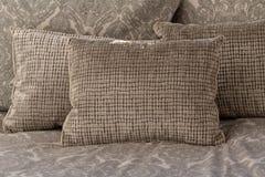 Coussins de couleur, blancs et gris-clair en pastel ou oreillers plaçant sur le lit photographie stock libre de droits