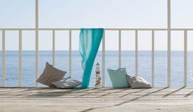 Coussins et une écharpe bleue sur le fond de la mer Images libres de droits