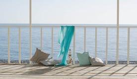 Coussins et une écharpe bleue sur le fond de la mer image stock