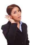 Écoute de femme d'affaires Image stock