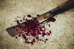 Couteau avec la baisse sale de marque de sang au sol photo libre de droits