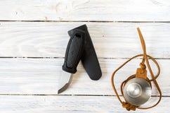 Couteau avec une lame fixe Un verre dans un cas en cuir Photos stock