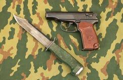 Couteau d'armée et pistolet Image libre de droits