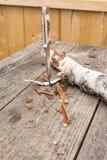 Couteau de chasse coincé dans la table Image stock