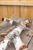 Couteau de chasse dans le rondin Images libres de droits
