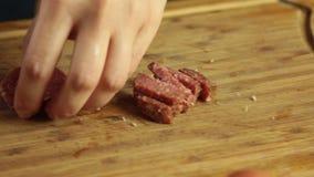Couteau de coupe de cutingwith de salami banque de vidéos