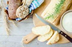 Couteau de coupe de tranche de pain frais photographie stock libre de droits