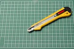 Couteau de coupeur sur la planche à découper Photographie stock