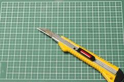 Couteau de coupeur sur la planche à découper Photos stock