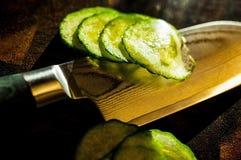 Couteau de cuisine japonais sur le hachoir Image libre de droits