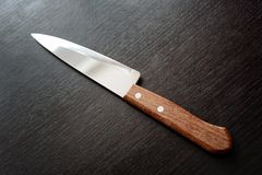 Couteau de cuisine pointu sur le fond noir images stock