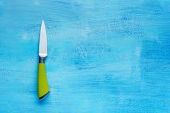 Couteau de cuisine sur un fond en bois avec l'espace de copie Photos stock