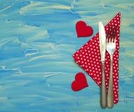 Couteau de fourchette, fond bleu, coeur Image libre de droits