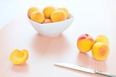Couteau de table frais d'abricots sur le fond en bois photo stock