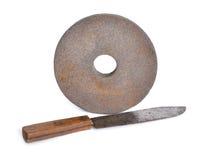 Couteau de vintage avec la vieille meule abrasive d'isolement Photo stock