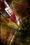 Couteau en acier sanglant énorme sur le vêtement sanglant dégoûtant photo stock