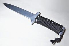 Couteau en aluminium de formation avec la poignée de corde sur le fond blanc image libre de droits